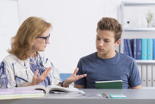 magántanár tanítja a diákot